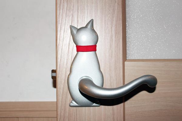 愛猫家のT様らしい、猫のしっぽを模したドアハンドル。