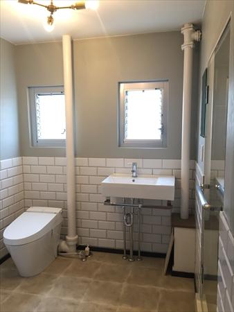 【洗面室】洗面室はトイレ・洗面・脱衣所を一体化しています。その為、間仕切壁をはずしています。そのため視覚的な広がりや通気性が良くなっています。