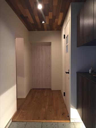 【玄関】玄関は床材に大谷石を使用しました。 壁は珪藻土で櫛引き模様。天井はレッドシダーのパネリングです。外から玄関に入ったときは少し暗い和を感じさせる造りになっています。