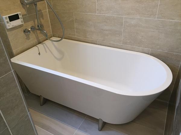 【浴室】浴室は在来浴室をブラッシュアップするかたちでデザインしています。浴槽で足が伸ばせる様、レイアウトを変更しています。そのため洗場スペースはありません。浴槽の中で体を洗うヨーロピアンスタイルです。